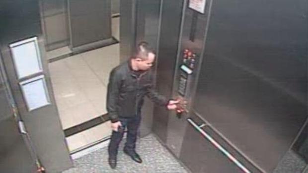 Peter Tân Hoàng trong thang máy vào đêm bị bắn chết. Ảnh SCMP