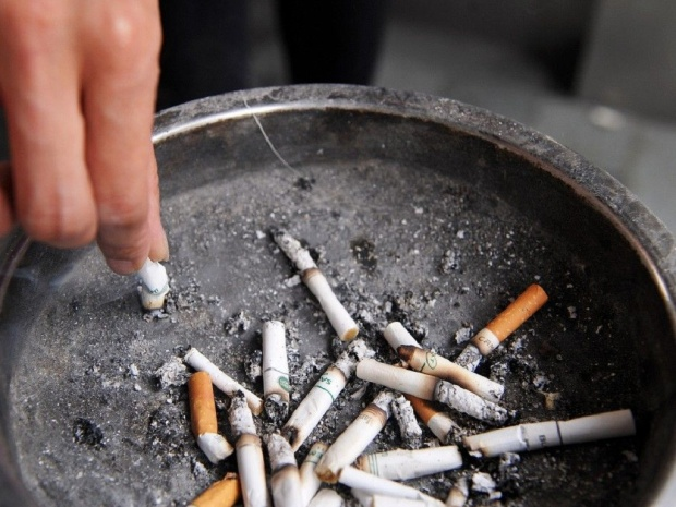 Các em học sinh bị ép phải uống tàn thuốc lá. Ảnh: AFP