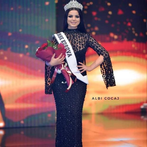 Kosovo: Người đẹp Zana Berishađăng quang Hoa hậu Kosovo 2018 với mái tóc đen dài, thẳng mượt rẽ ngôi giữa.