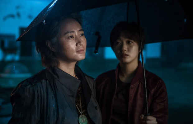 """Trong khi """"chị đại"""" Kim Hye Soo hóa thân vào một nữ sĩ quan, người kế nhiệm anh.Cả hai nhân vật sẽ lột tả cuộc đấu tranh tuyệt vọng để trở về trái đất."""