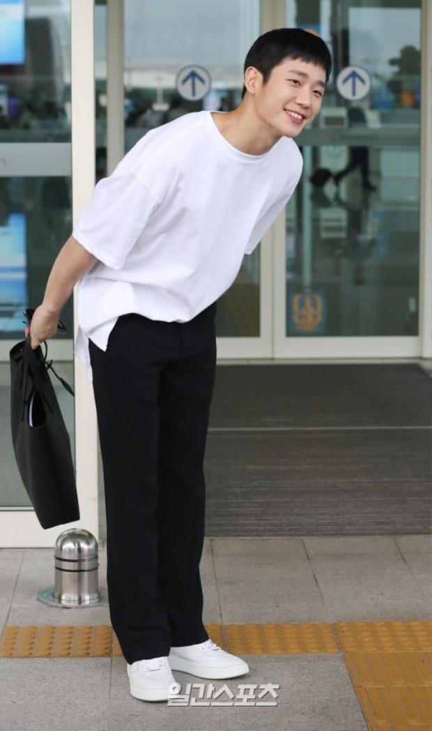 Jung Hae In cúi đầu chào người hâm mộ, lên đường thẳng tiến đến Việt Nam họp fan meeting