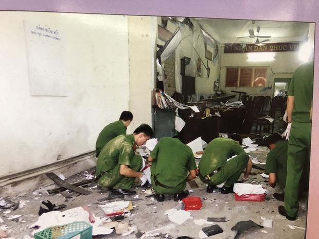 Trước đó, Dân trí thông tin, khoảng 14h10 chiều 20/6, trước cửa trụ sở Công an phường 12 (quận Tân Bình, TP.HCM) bất ngờ phát ra 2 tiếng nổ lớn. Hậu quả của vụ nổ khiến một xe máy vỡ nát, phía bên trong trụ sở công an, nhiều mảnh vỡ văng tung tóe, đồ đạc bị hư hỏng. Ngoài ra, vụ nổ khiến 2 cán bộ công an và 1 người dân bị thương. Ảnh: Dân Trí.