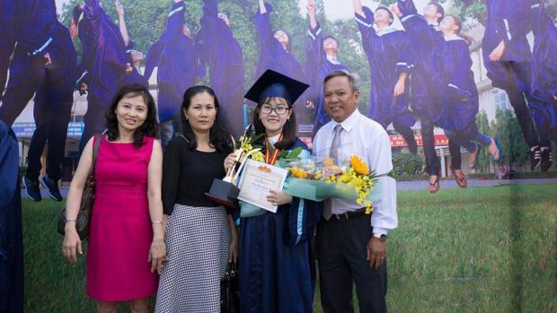 Gia đình đến chung vui cùng Vy trong ngày tốt nghiệp.