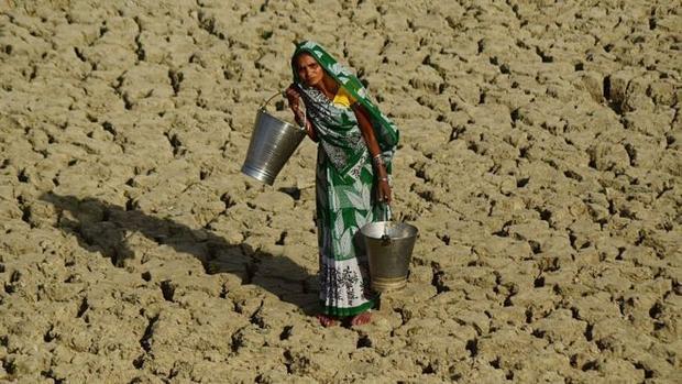 TRong những ngày nắng nóng, phụ nữ Ấn Độ không dám uống nhiều nước vì sợ phải đi vệ sinh.