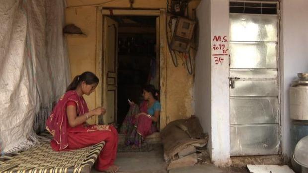Việc sử dụng nhà vệ sinh lộ thiên khiến phụ nữ Ấn Độ dễ bị lạm dụng tình dục.