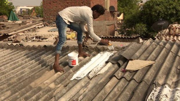 Sơn mái nhà bằng sơn phản quang màu trắng là một trong những giải pháp để giảm bớt nhiệt cho những người thường ở trong nhà.