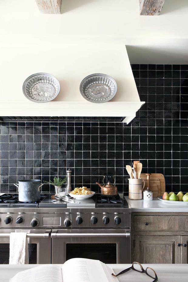 Thêm một gợi ý về gạch ốp tường và tủ bếp màu đen cho bạn lựa chọn.