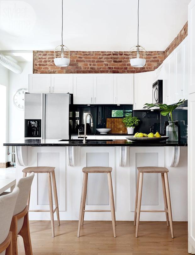 Căn bếp có mặt gạch bao quanh này giúp tạo điểm nhấn cho tổng thể và được hòa quyện với màu trắng đầy ấn tượng.