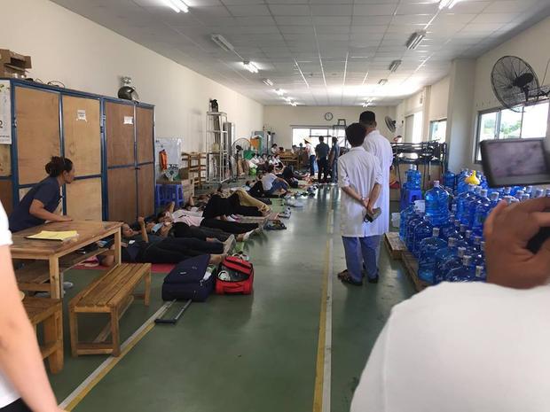 Nhiều công nhân nằm nghỉ ngơi, được các bác sĩ sơ cứu.