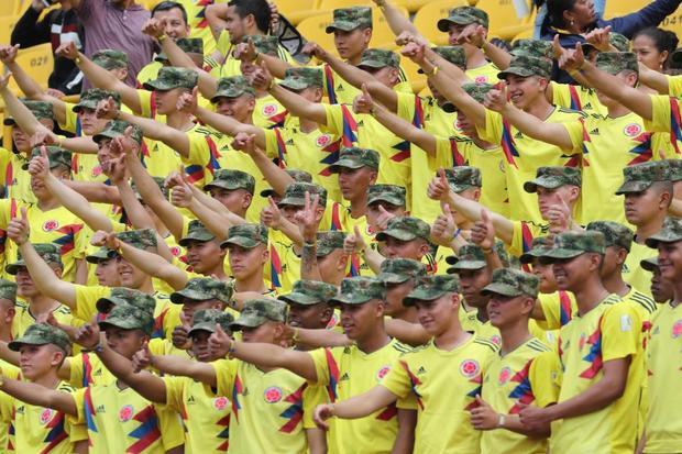 Binh sĩ Colombia chào mừng đội tuyển bằng cách đồng loạt giơ ngón tay cái thể hiện sự khích lệ trước những nỗ lực của các cầu thủ tại World Cup 2018 ở Nga.