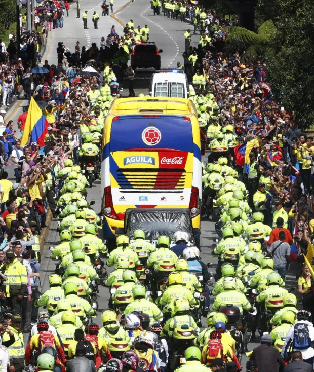 Đội tuyển Colombia được cảnh sát hộ tống tới sân vận động El Campin thuộc thủ đô nước này để giao lưu, gặp gỡ người hâm mộ.