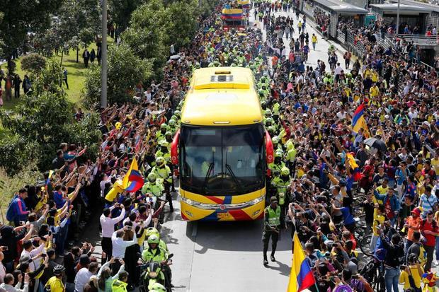 Biển người hâm mộ vẫy cờ, hò reo khi xe buýt chở các tuyển thủ đi qua đường Bogota.
