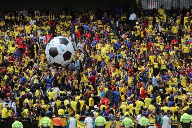 Sân vận động El Campin chật ních người. Họ ăn mừng như đội tuyển nhà giành cup vô địch.