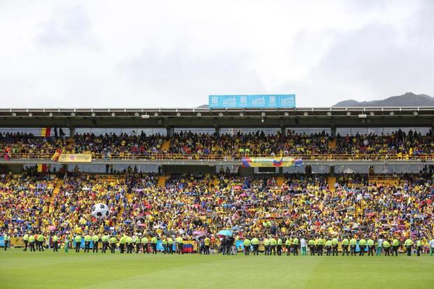 Cả sân vận động El Campin phủ vàng trong màu áo của người hâm mộ.