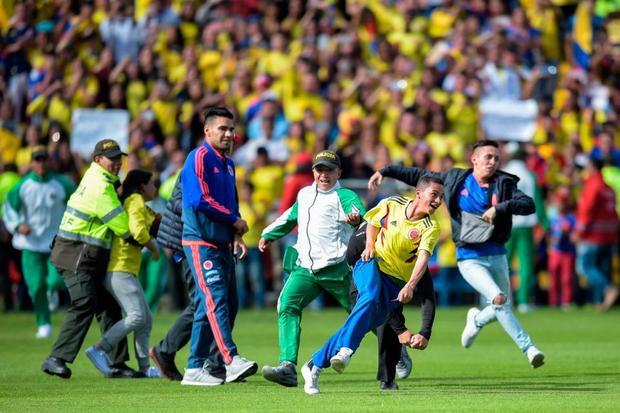 Khoảng cách từ khán đài xuống sân cỏ dường như quá xa nên một số CĐV đã chạy xuống sân, tìm cách tiếp cận với các tuyển thủ. Tuy nhiên, các cảnh sát đã nhanh chóng ngăn những người hâm mộ lại.