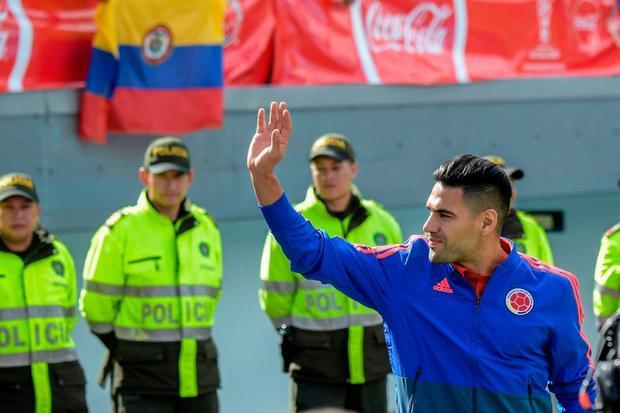 Tuyển thủ Radamel Falcao vẫy tay, đáp lại tình cảm nồng nhiệt mà các CĐV dành cho đội tuyển.