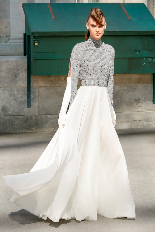 Sự phối hợp giữa sắc trắng và metalic của nhà mốt Chanel khiến bộ váy hiện đại phá cách, sang trọng nhưng không diêm dúa.