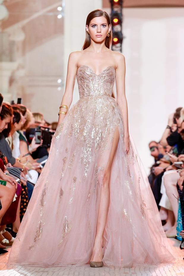 Nói đến Elie Saab không thể bỏ qua các thiết kế được đính kết tinh xảo mà chiếc váy quây xẻ đùi cao này là một điển hình.