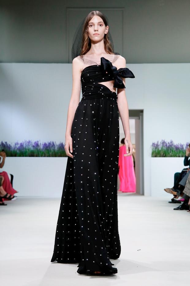Giambattista Valli với thiết kế đầm đen chấm bi metalic vô cùng hiện đại và cuốn hút.