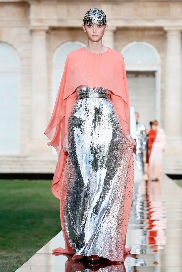 Givenchy gây ấn tượng trong show mở màn với phụ kiện đội đầu bắt mắt.