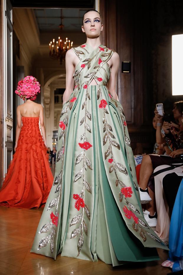 Chiếc váy mà ngọc bích của Valentino khiến mê hoặc mọi ánh nhìn.