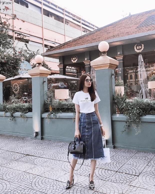 Jolie Nguyễn ngọt ngào cùng combo áo thun và chân váy chữ A. Dù ăn diện thế nào, nàng hậu cũng toát lên nét sang chảnh, thời thượng.