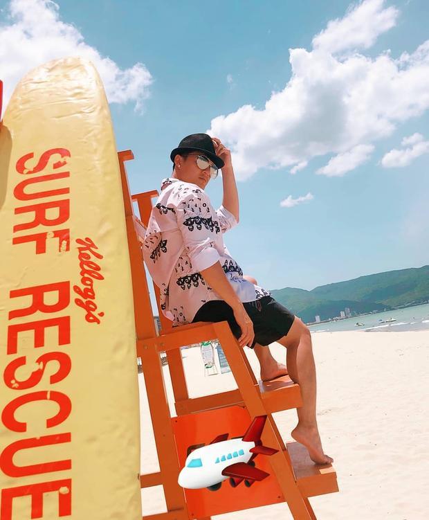 Lâm Vinh Hải đem đến không khí mùa hè với áo sơ-mi phom rộng in họa tiết cùng quần short, mũ vành.