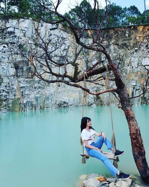 Cùng diện áo phông trắng, nhưng Chế Nguyễn Quỳnh Châu lại mix với quần jeans ôm và sneaker, đem lại vẻ ngoài trẻ trung.