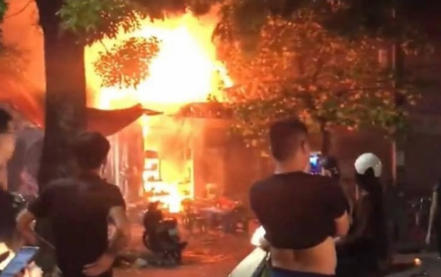 Ngọn lửa bùng lên dữ dội khiến nhiều người hoảng loạn.