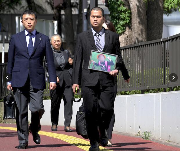 Tờ Mainichi cho hay, anh Lê Anh Hào, bố bé Nhật Linh, đã ôm chân dung con gái bước vào phòng xử án hôm nay với khuôn mặt tràn đầy kiên định.