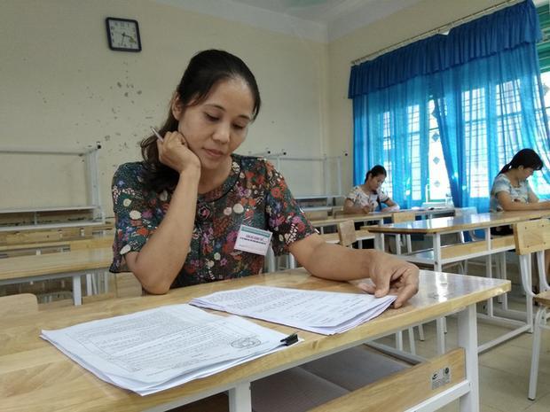 Giáo viên chấm thi môn Ngữ văn tại Hòa Bình (Ảnh: Mỹ Hà)