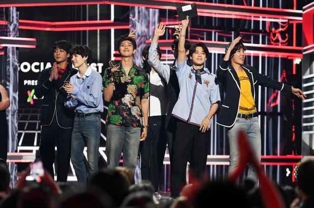 Còn nhớ cách 7 chàng trai này thắng Top Social Artist 2 năm liên tiếp tại BBMAs dễ như trở bàn tay chứ?