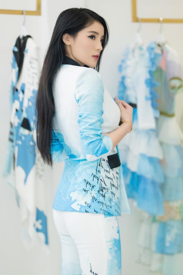 Hoa hậu Việt Nam được mặc thử một bộ vest in họa tiết mây trời cùng chữ viết typo.