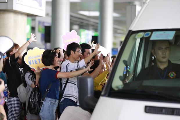 Người hâm mộ vẫy tay chào chiếc xe chở Sunny rời đi