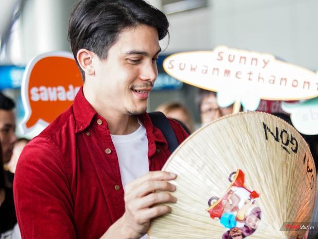 Trên phim lầy lội, ngoài đời Sunny Suwanmethanon lại hớp hồn fan Việt tại sân bay vì đẹp trai nai tơ