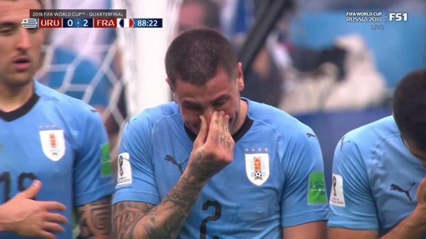 Gimenez òa khóc trong lúc xếp hàng rào.