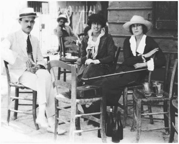 Khi quân Đức xâm lược Pháp năm 1939, Flanner và Solano buộc phải rời Paris. Trở về sau chiến tranh, họ bắt đầu lại mọi thứ.