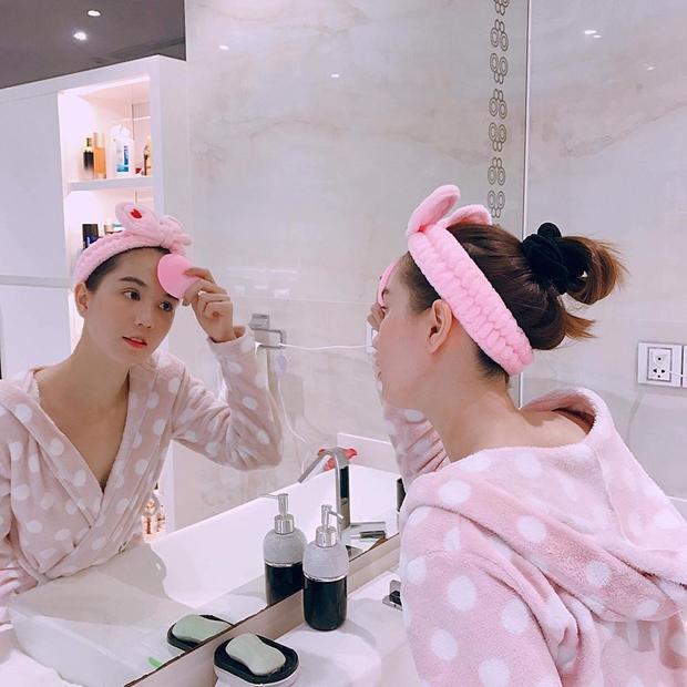 Ngọc Trinh dành khá nhiều thời gian chăm sóc da để sở hữu làn da trắng mịn hiện tại.