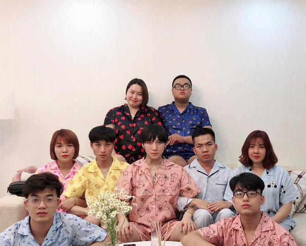 Trong ảnh còn có sự xuất hiện của Việt Hoàng, hai anh em cùng diện đồ ngủ đôi bắt mắt.