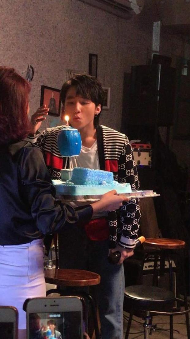 Thổi nến sinh nhật cũng rất điển trai. (Nguồn: Group Vosky)