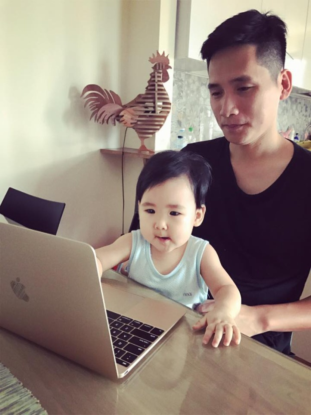 Trên trang cá nhân, anh thường xuyên cập nhật hình ảnh với cô con gái út nhà mình.