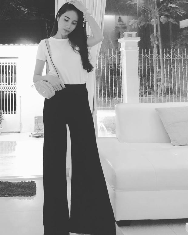 Thủy Tiên khoe chân miên man với chiếc quần culottes ăn gian chiều cao. Set đồ tuy đơn giản nhưng giúp bà xã Công Vinh tôn lên vẻ sang trọng của bản thân.