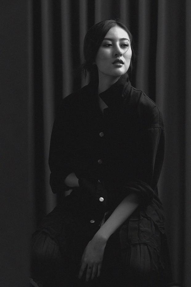 Thay đổi từ style ngọt ngào, đáng yêu, cô nàng hoá thân thành người phụ nữ đầy bí ẩn, quyến rũ.