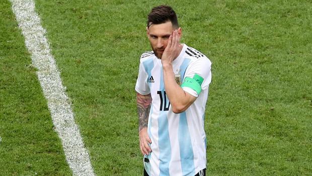 Không chỉ cạnh tranh trên sân cỏ, M10 của Argentina Leo Messi cũng theo sát CR7 ở bảng xếp hạng những cầu thủ bóng đá được quan tâm nhất trên mạng xã hội lớn nhất hành tinh. Messi đang có 90.162.915 người theo dõi.