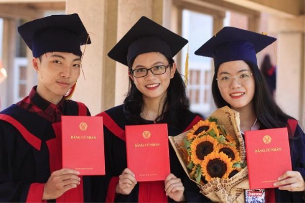 Hồng Vân (phải) bên bạn bè trong ngày tốt nghiệp. Ảnh:Dương Tâm