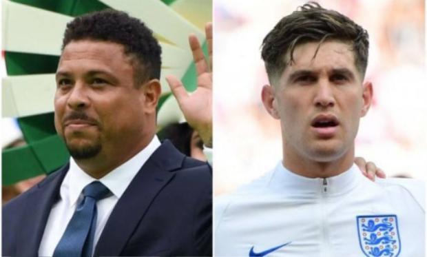 Huyền thoại bóng đá Brazil Ronaldo (trái) và hậu vệ Anh John Stones (phải).