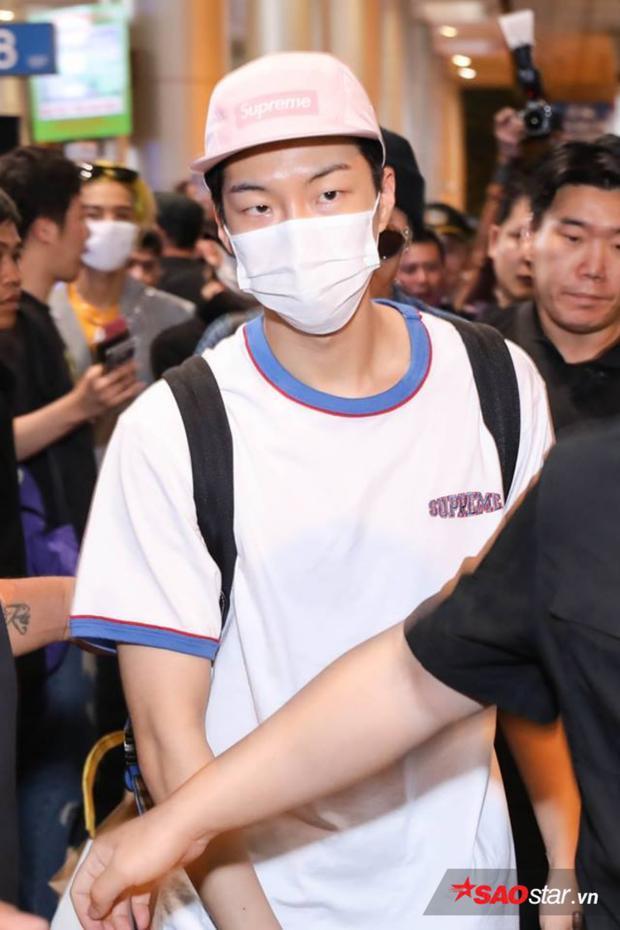 """Seunghoon được các bảo vệ che chắn trước """"biển"""" người hâm mộ."""