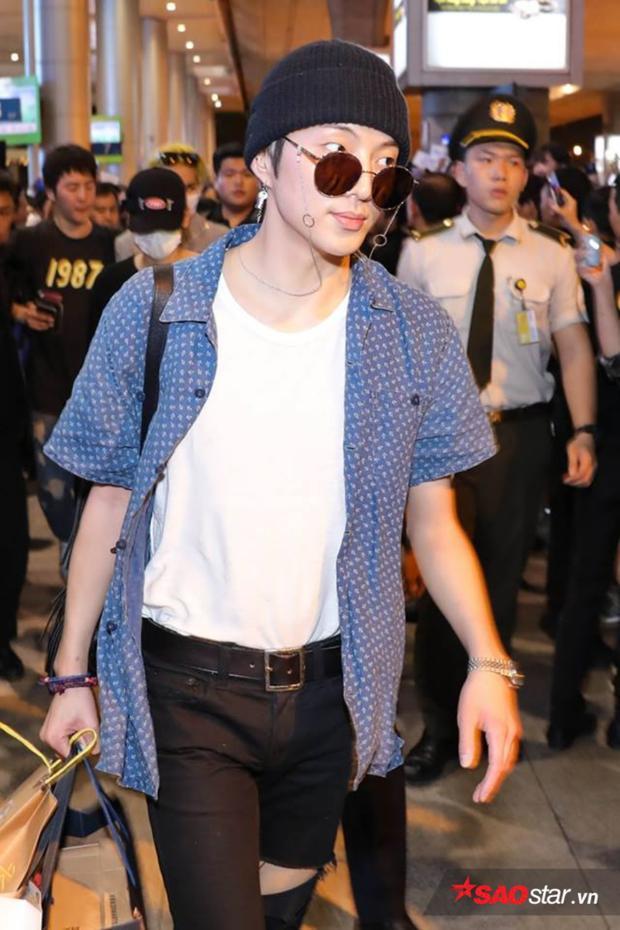 Trưởng nhóm Seungyoon với thời trang chất lừ tại sân bay.