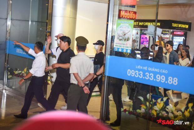 Seunghoon (nón hồng) thân thiện vẫy tay chào các fan.