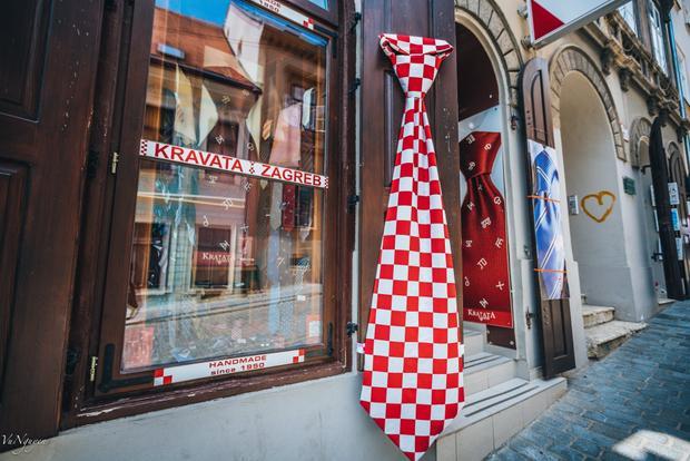 Cravat sọc đỏ trắng - biểu tượng thường thấy của Croatia. Phát minh Cravat cũng đến từ Croatia